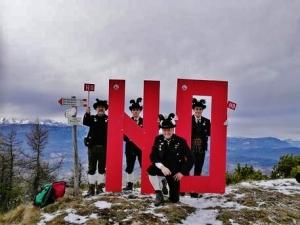 Referendum: gli Schuetzen di Trento portano il 'no' al referendum costituzionale sulla cima Marzola Nord , a 1.737 metri di quota. ANSA/UFF STAMPA SCHUETZEN TRENTO ++NO SALES, EDITORIAL USE ONLY++